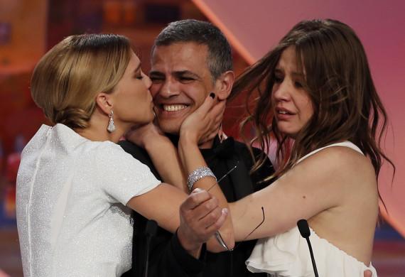 Abdellatif Kechiche entouré par Lea Seydoux et Adele Exarchopoulos