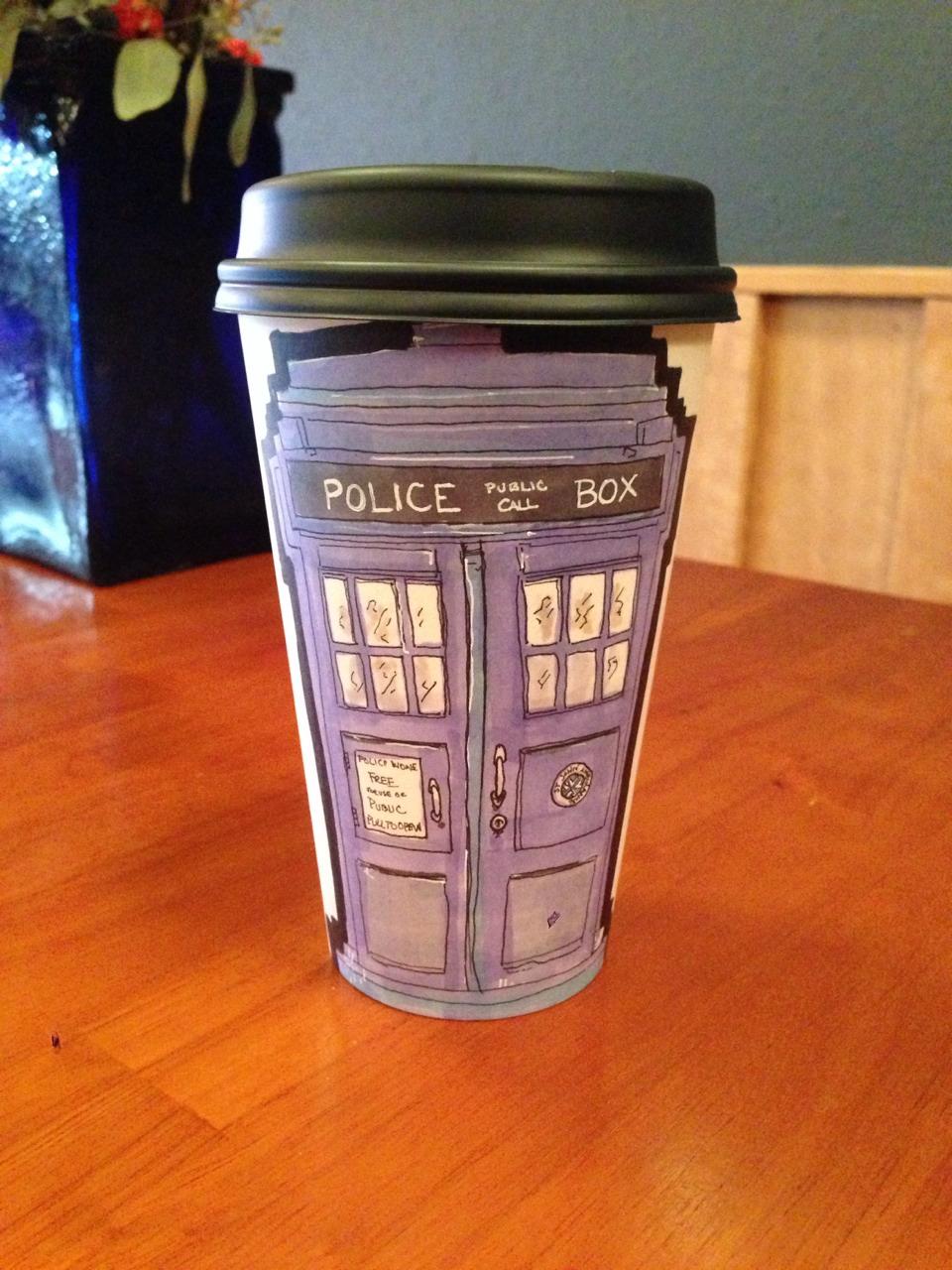 Miguel Cardona: Il réalise des oeuvres sur ses gobelets de café