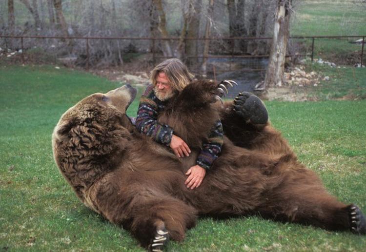 Bart, premier ours élevé par Doug Seus