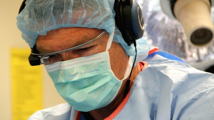 Le Japon assiste à une opération chirurgicale à travers les yeux d'un chirurgien Français grâce à Google Glass
