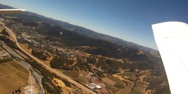 une caméra tombe d'un avion et atterrit près d'un cochon