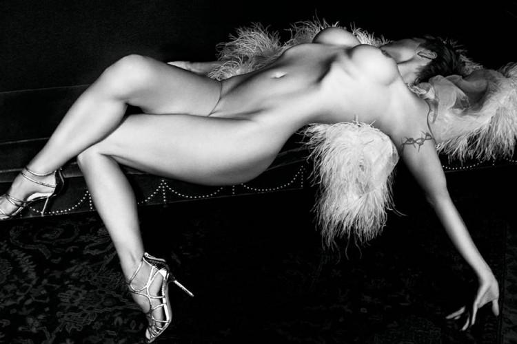 Pamela Anderson pose nue pour le magazine Purple