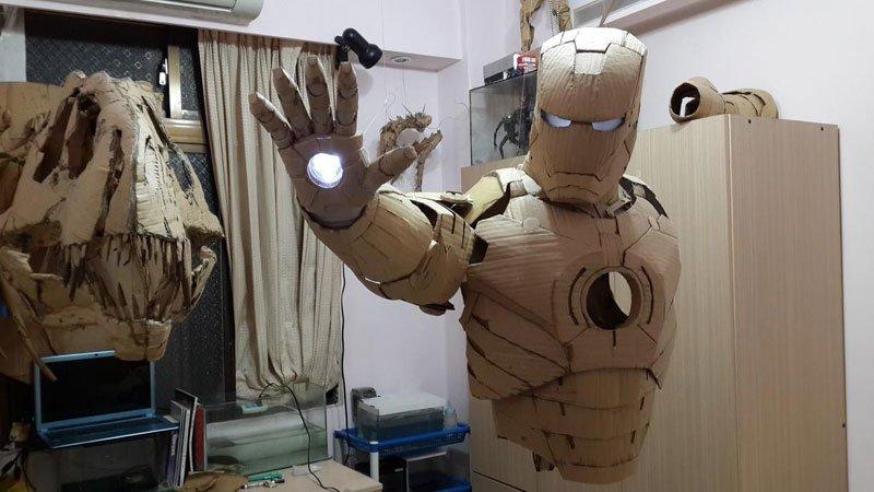 un étudiant confectionne un Iron Man en carton