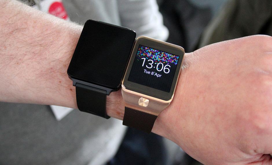G Watch de LG (à gauche) - Galaxy Gear de Samsung (à droite)