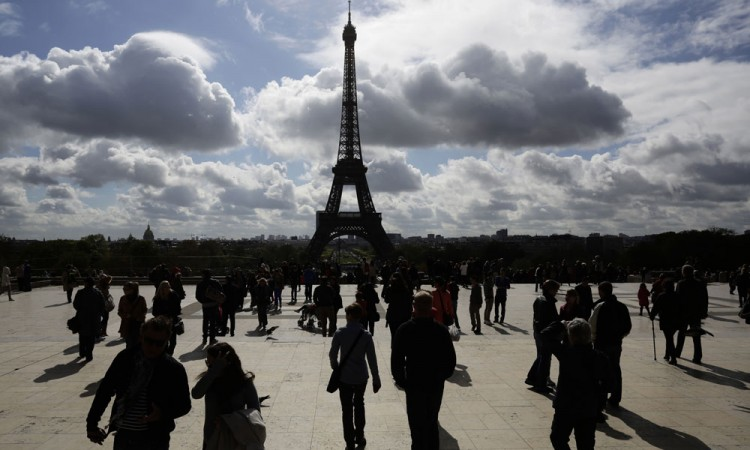 Des touristes qui visitent la Tour Eiffel - Paris (France)