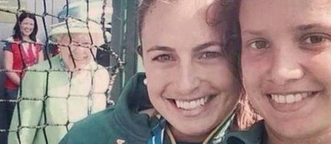 La reine Elisabeth II souriante sur un selfie