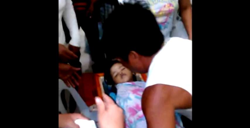 L'enfant revient à la vie lors de ses funérailles