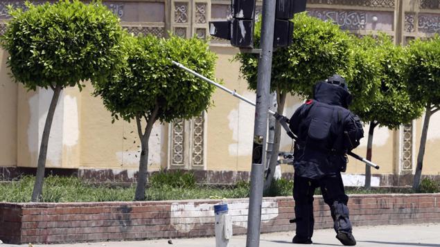 Une unité de la police égyptienne à la recherche d'explosifs
