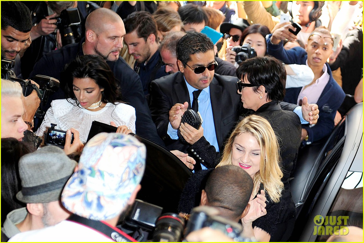 Vitalii Sediuk tacle Kim Kardashian à sa sortie de sa voiture pour le Paris Fashion Week