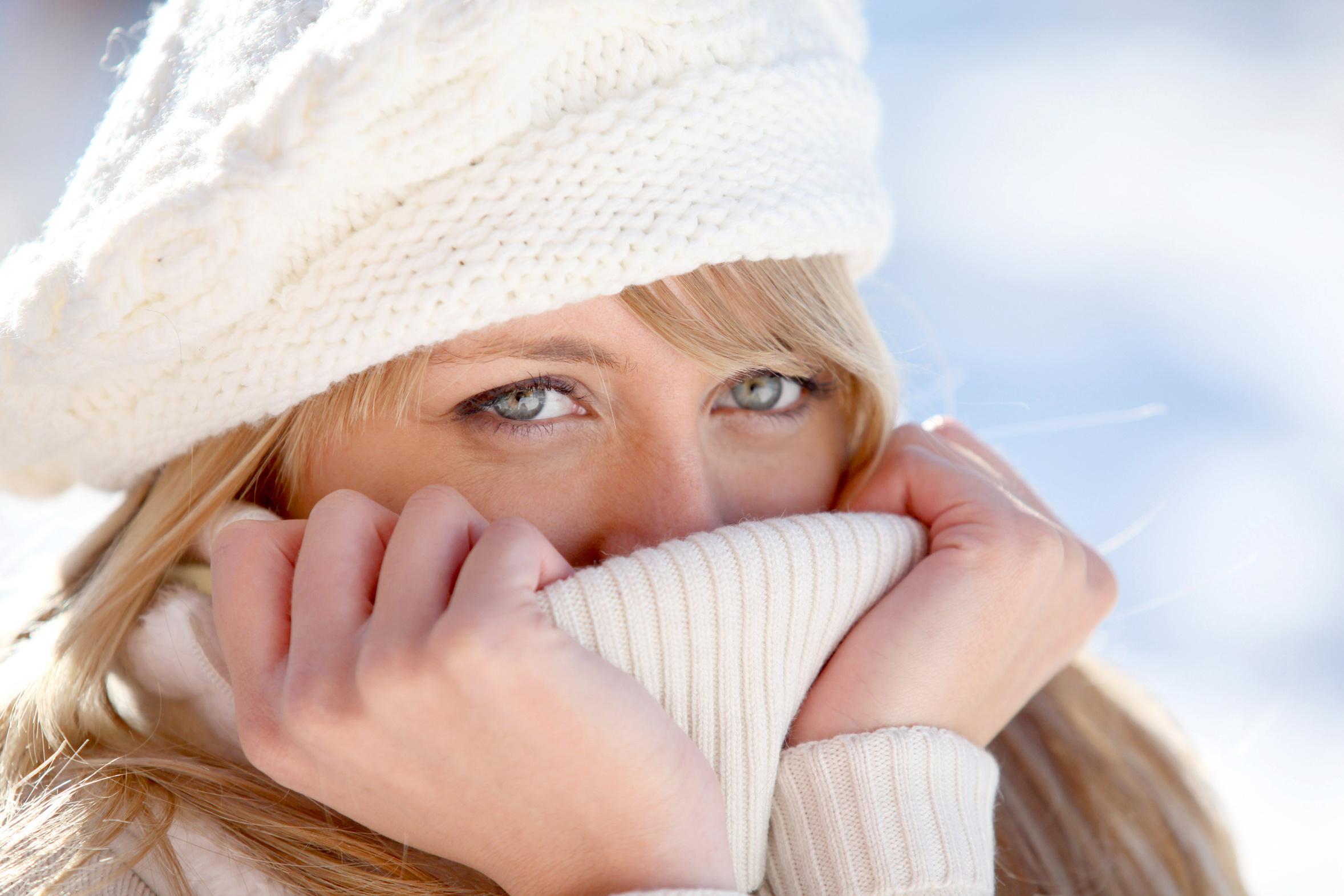 Portrait d'une jeune femme blonde avec bonnet de laine