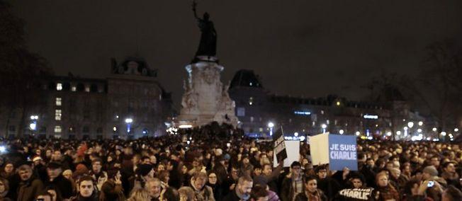 Charlie Hebdo: Des milliers de personnes descendent dans les rues