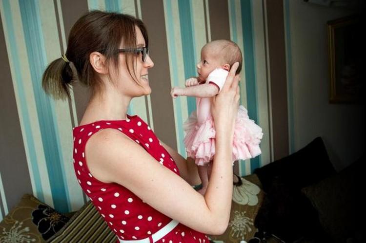 Hayley Haynes et une de ses jumelles
