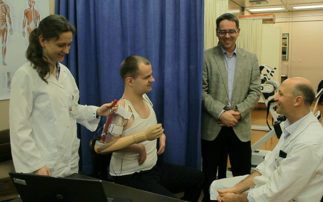 Martynas Girulis peut se servir d'un bras bionique contrôlé par son cerveau