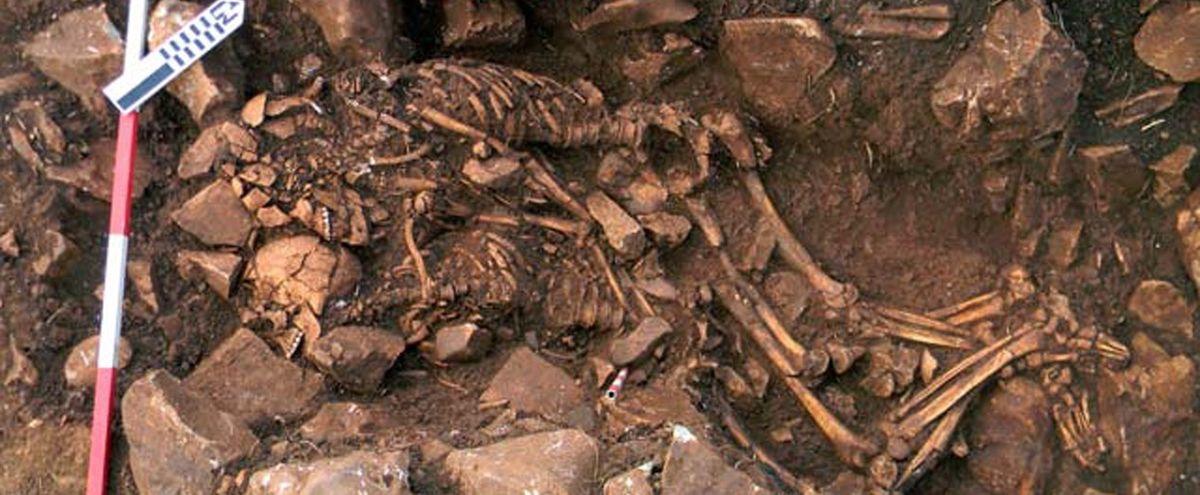Un couple préhistorique enlacé
