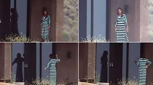 Bruce s'expose en robe
