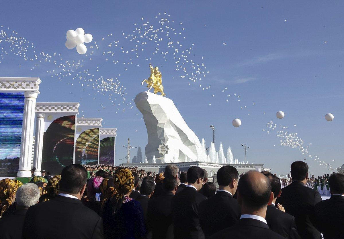 Le dictateur du Turkménistan vient de construire une immense statue dorée de lui-même sur un cheval