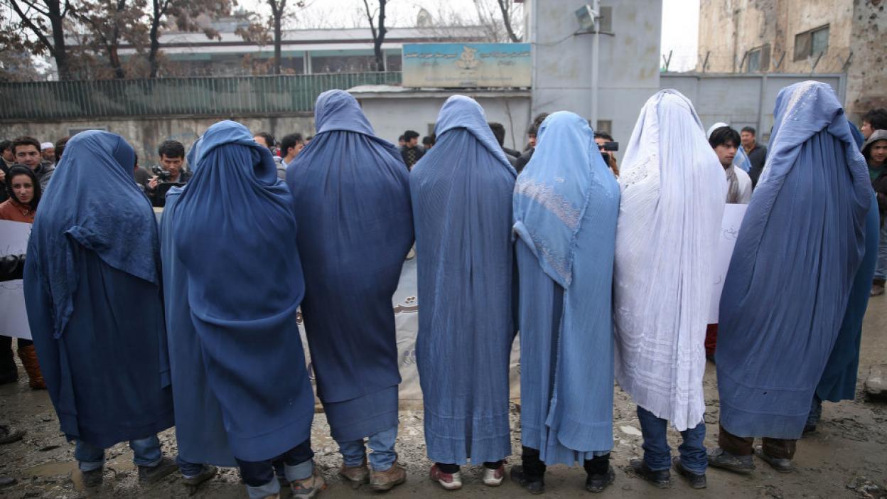Un groupe d'homme défilent dans les rues de Kaoul en Burqa
