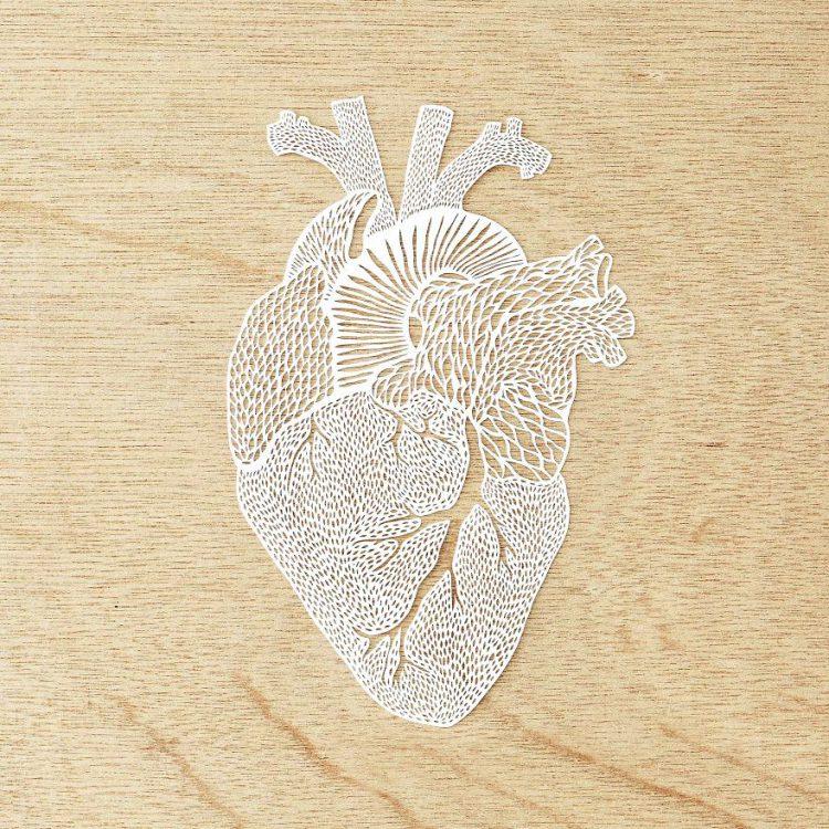 Découpe à la main représentant un cœur