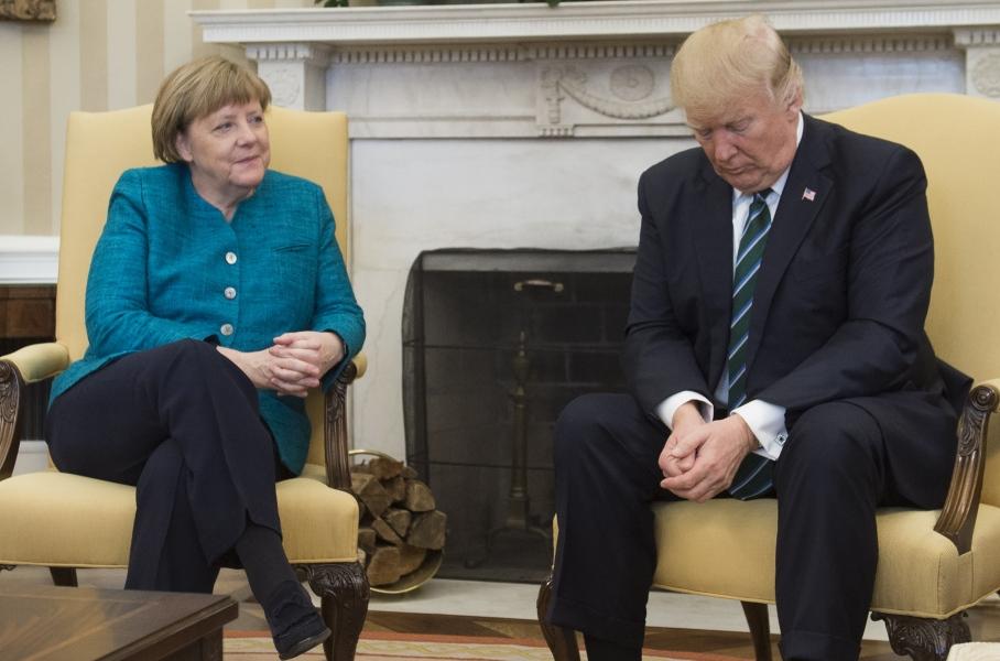 Donald Trump refuse de serrer la main d'Angela Merkel
