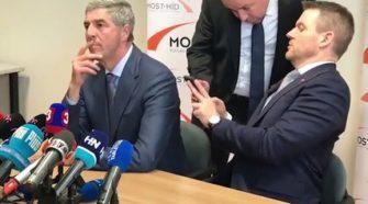 Le nouveau ministre slovaque fait tomber un sachet de cocaïne lors d'une conférence de presse