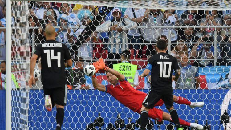 Hannes Halldorsson (Island) stoppe Messi sur un penalty